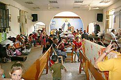 réfugiés dans une église